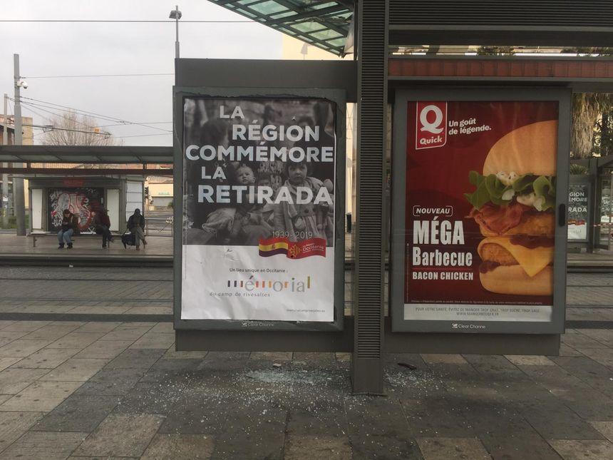 Les vitrines accueillant les affiches publicitaires ont aussi été détruites.