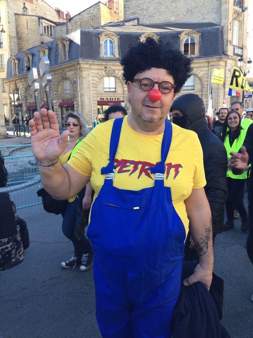 Un manifestant s'est déguisé en Coluche