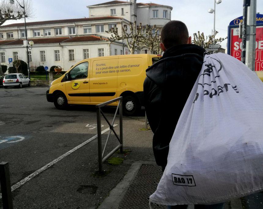 Ce sont les bénévoles qui vont chercher des sacs remplis de lettres de soutien