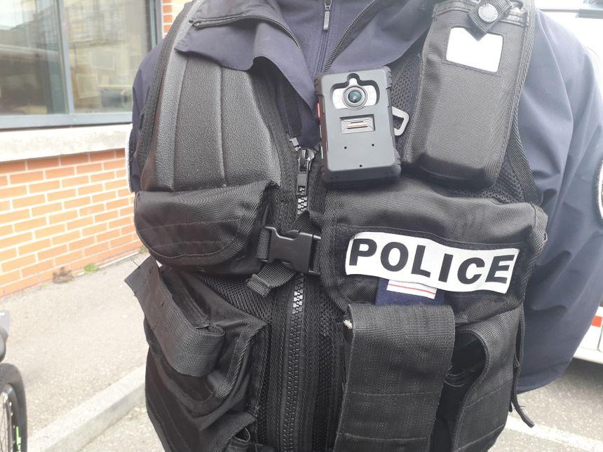 Une caméra-piéton portée sur le torse d'un policier
