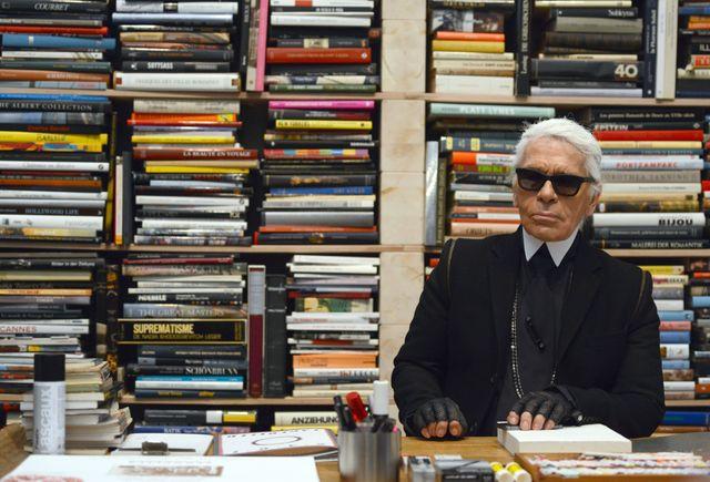 Karl Lagerfeld avait pris la pose dans une réplique de son bureau pour l'exposition en son nom à Essen, en Allemagne.
