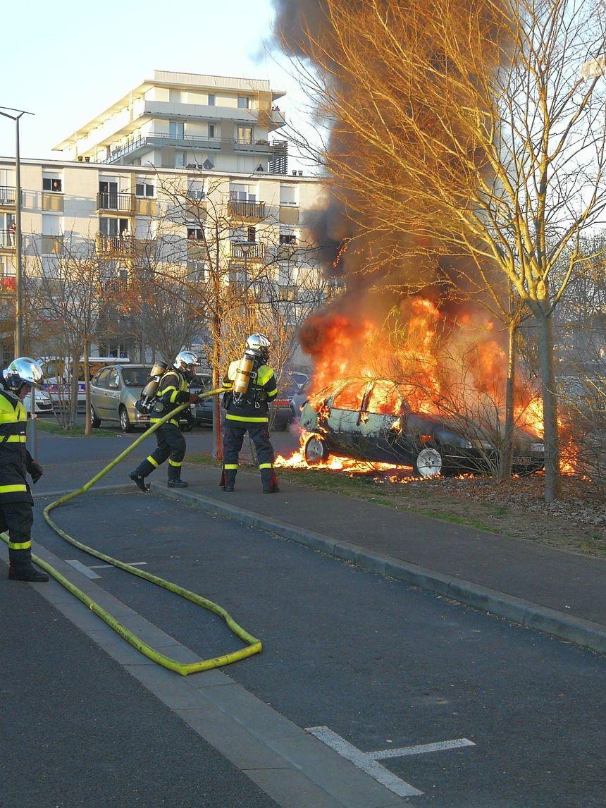 Les pompiers sont intervenus rapidement pour éteindre les véhicules.