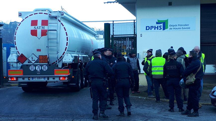 25 gilets jaunes ont bloqué le dépôt pétrolier de Vovray avant d'être délogé par la police