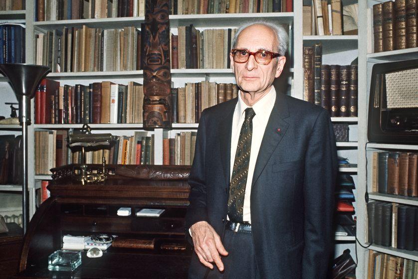L'anthropologue, ethnologue et philosophe français Claude Lévi-Strauss (1908-2009) pose, le 25 mai 1973, dans sa bibliothèque à Paris, après son élection à l'Académie Française, en remplacement de Henry de Montherlant.