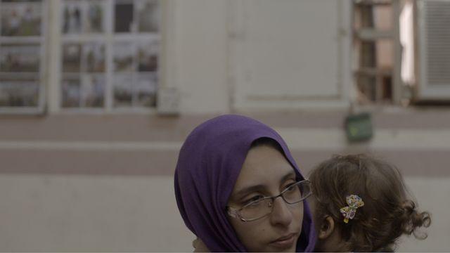 Comme durant son procès en juin 2018, Mélina Boughedir semble très proche de sa fille, la dernière de ses quatre enfants, la seule incarcérée avec elle, dans la prison de Bagdad.