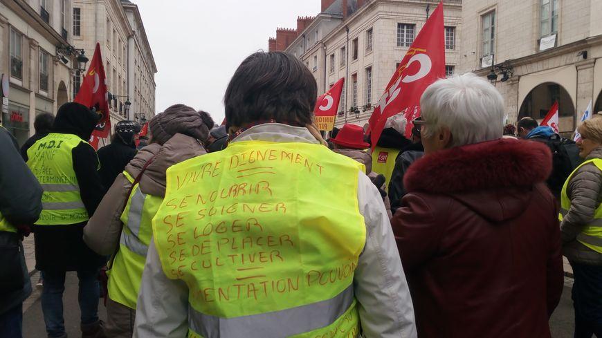 Cortège de gilets jaunes et de syndicalistes le 5 février 2019, rue Jeanne d'Arc à Orléans