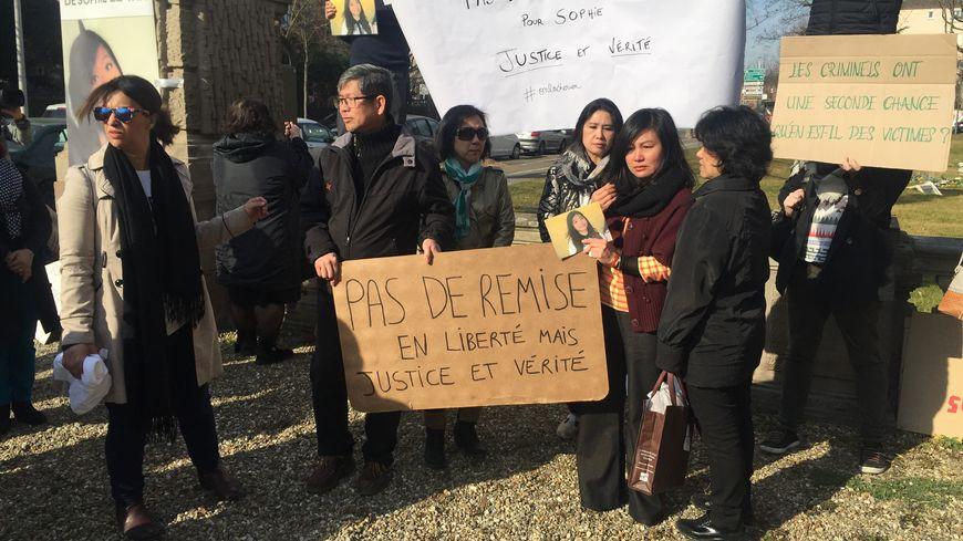 La famille de Sophie Le Tan s'était rassemblée devant la cour d'appel de Colmar