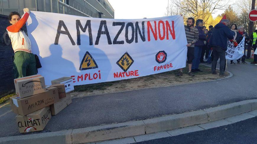 Une soixantaine de manifestants ont dénoncé lundi le projet d'implantation d'Amazon à Metz