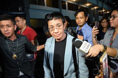 La journaliste Maria Ressa est emmenée par des agents du National Bureau of Investigation (FBI) venus l'arrêter dans les bureaux de son site d'informations « Rappler.com », mercredi 13 février 2019 à Manille.