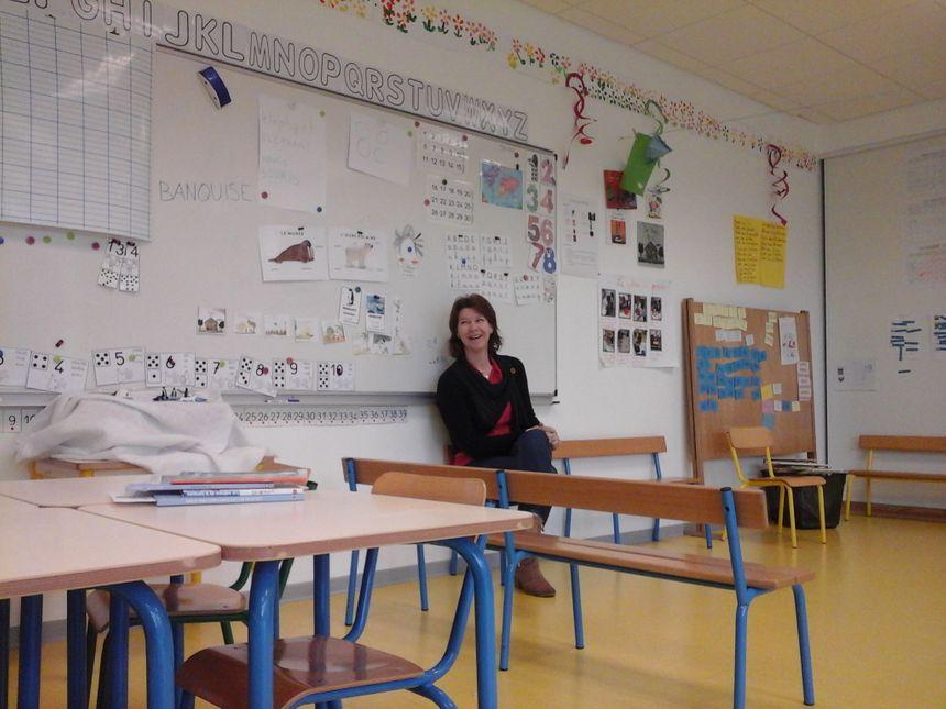 Maîtresse Aurore, dans sa classe moyenne et grande sections