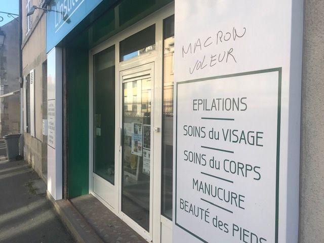 Un autre tag sur un commerce du centre de Fay-aux-Loges