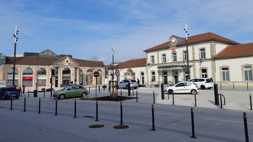 Nouveau parvis de la gare de Montbéliard, sans aucun aménagement vélo