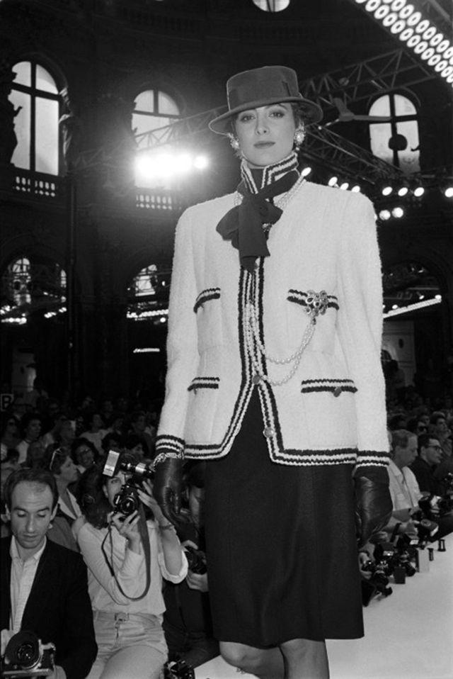 Ines de la Fressange en tailleur signé Karl Lagerfeld défile à paris pour la collection Chanel automne-hiver 1985