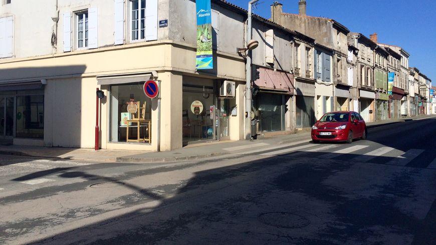 La rue d'Aligre à Marans, où passe la départementale. La boulangerie, comme beaucoup de commerces ici, est fermée