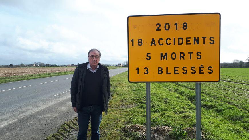 Le maire Joël Marchadour près du panneau apposé en septembre dernier.