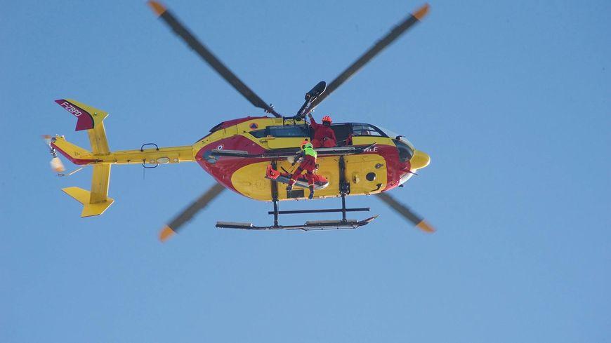 L'hélicoptère qui transporte la jeune fille lourdement blessée