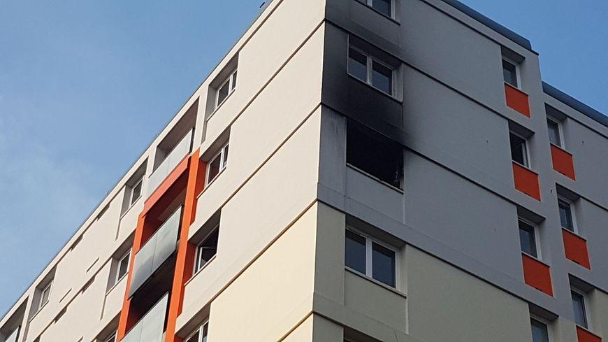 Les traces de l'incendie sont visibles ce dimanche matin sur la façade de l'immeuble du 3 rue des Vosges où s'est déroulé le drame.