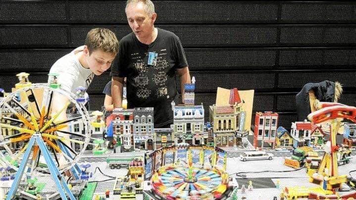 Le créateur de manèges en Lego Fred Corre et son fils Alexandre
