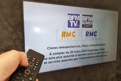 Un écran de télévision avec le message qu' Altice menace de retirer ses chaines gratuites BFM TV RMC SFR pour les abonnés de la Free Box (Freebox)