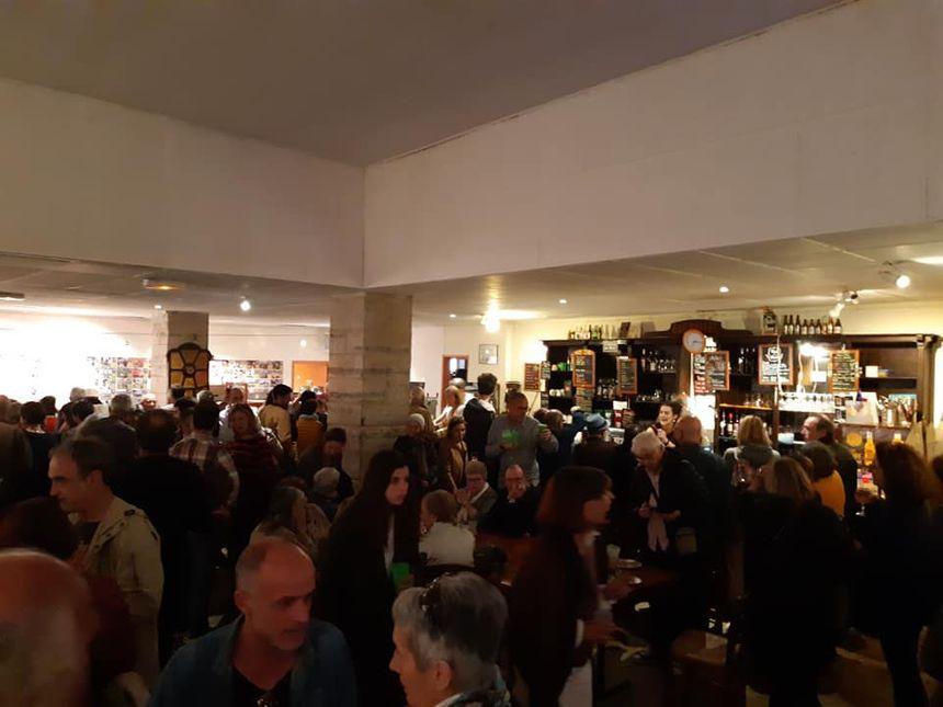 La foule pour un dernier verre et quelques gourmandises dans le bar au charme désuet.