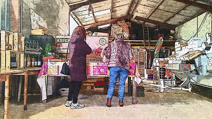 Deux clientes de la ferme les Malauques à Mazan venues acheter des asperges et des fraises