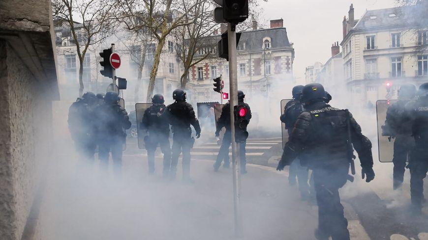 La rue Marceau, comme d'autres rues du centre-ville de Tours est interdite à la manifestation ce samedi. Depuis le début du mouvement des gilets jaunes, c'est dans cette rue que les affrontements éclatent.