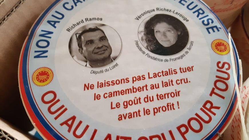 630 camemberts (à l'effigie du député et de la présidente de Fromages de Terroirs) ont été distribués aux députés et aux médias