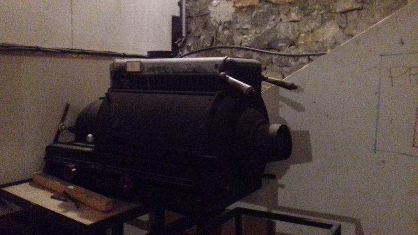 Un vieux projecteur remisé derrière l'écran