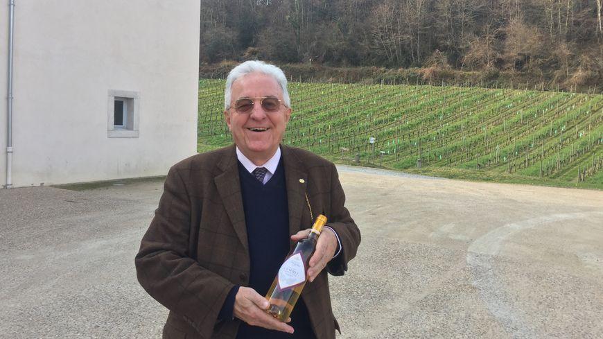 Pierre Saubot, le propriétaire du domaine du Cinquau, avec son vin médaillé.