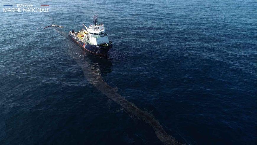 Le BSAA Argonaute dans la zone de pollution du naufrage du navire de commerce Grande America.