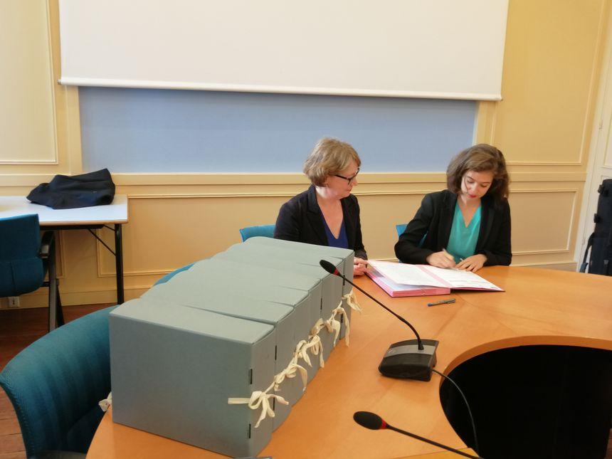 Taline Aprikian, directrice de cabinet du préfet et Frédérique Hamm, directrice des archives départementales signent le bordereau de versement.