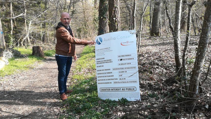 C'est dans ce bois, en bordure du chemin de Bois-Marteau, que le pylône doit être implanté