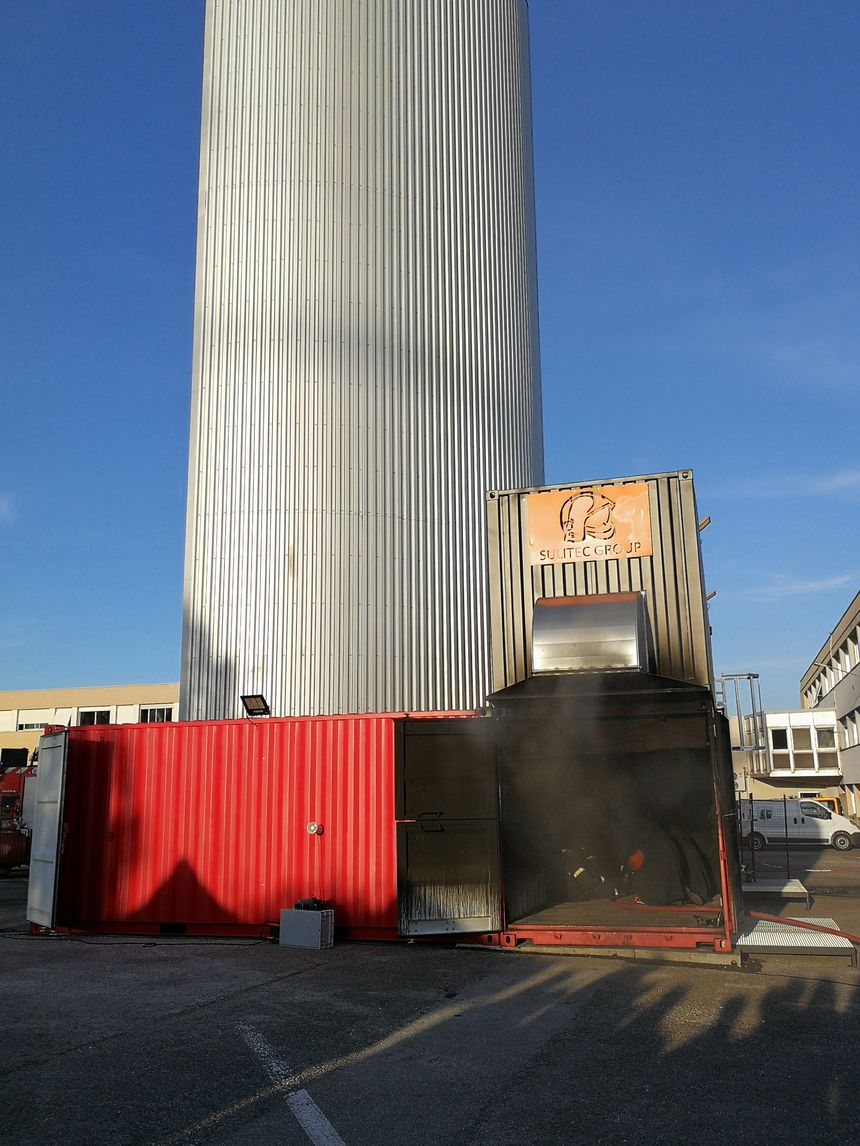Une vue générale de l'installation avec sa cheminée d'évacuation des fumées qui culmine à plus de 25m de haut.