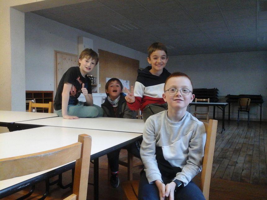 Garance, Lucas, Killian et Antonin dans l'ancienne salle de classe, aujourd'hui salle de tous les besoins.