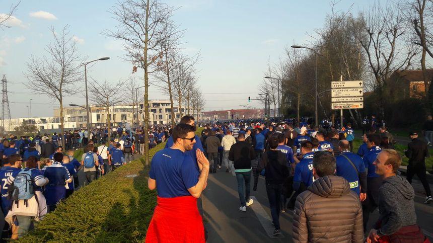 A Lille, pour la finale de la Coupe de la Ligue, la marche des supporters du Racing Club de Strasbourg entre la ville et le stade
