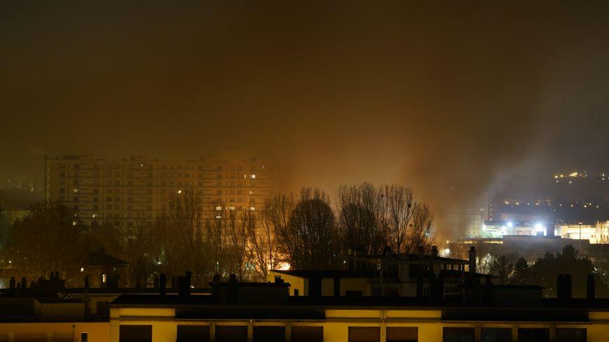Alexandre, un témoin, a vu sur le quartier Mistral depuis son balcon. Toute la nuit, il a entendu des cris et vu des flammes.