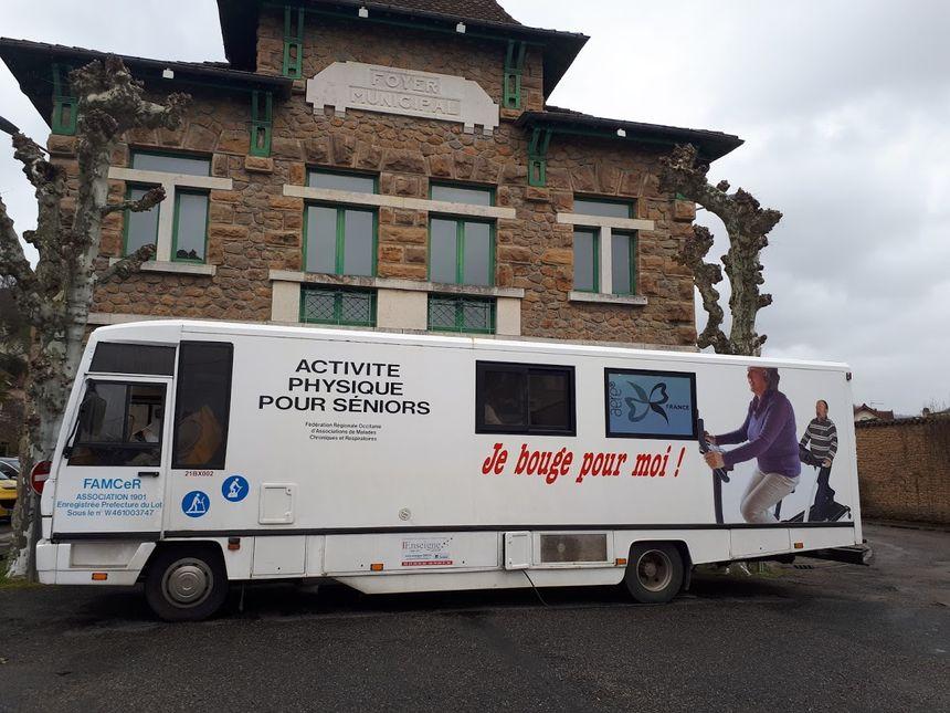 """Le bus """"Je bouge pour moi"""" stationne sur la place de la salle polyvalente à Saint-Céré"""
