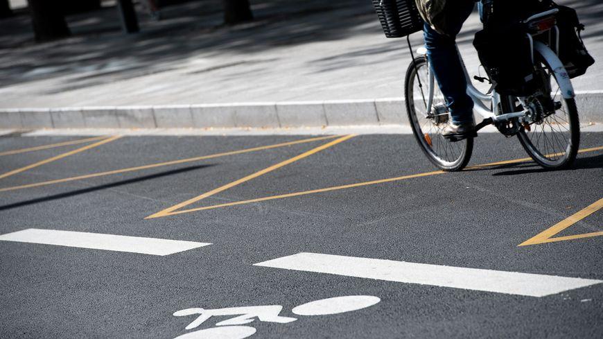 illustration ( cycliste en ville )