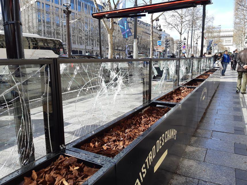 La terrasse du Bistro des Champs fortement endommagée après la manifestation du samedi 16 mars.