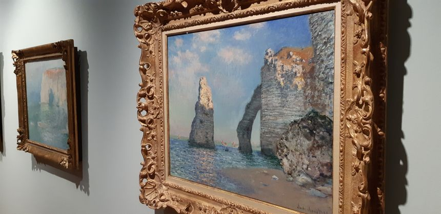 """L'aiguille et la falaise d'aval"" (1885) de Claude Monet. Huile sur toile (65,1x81,3 cm) prêtée par le  Sterling and Francine Clark Art Institute de Williamstown"