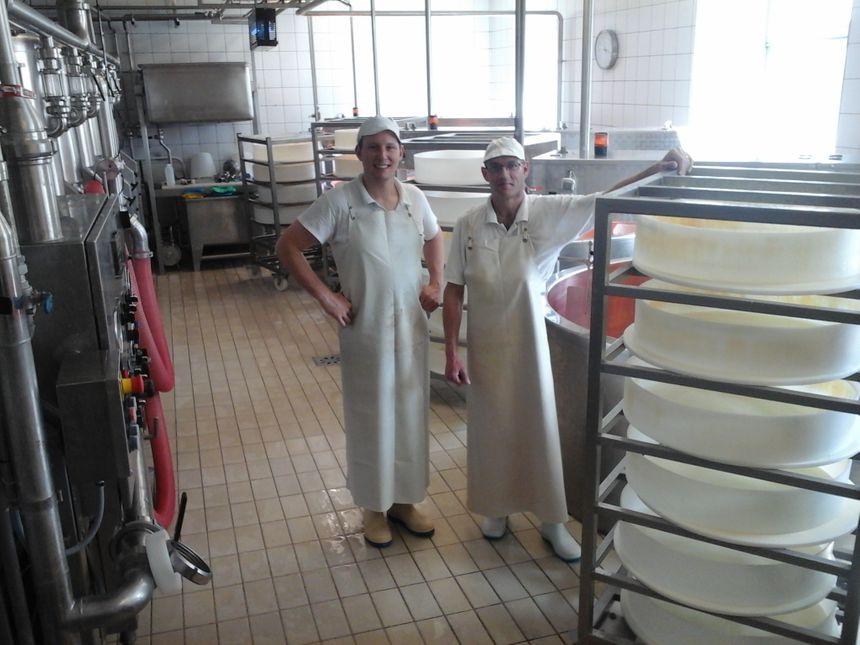 Vincent et Anthony travaillent environ 8 200 litres de lait par jour, soit une collecte d'environ 2 700 000 litres de lait par an, pour une fabrication d'environ 6 700 meules de Comté par an.