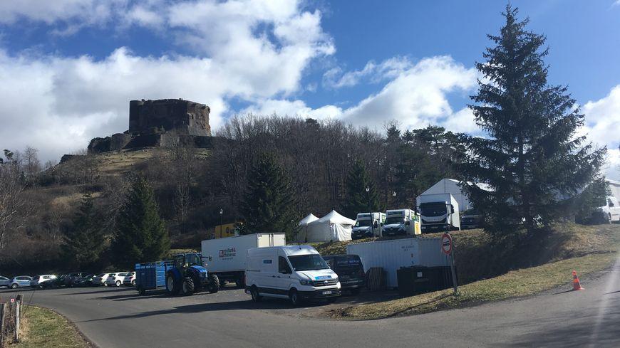 Les chapiteaux sont installés sur le parking du château, impossible d'y accéder