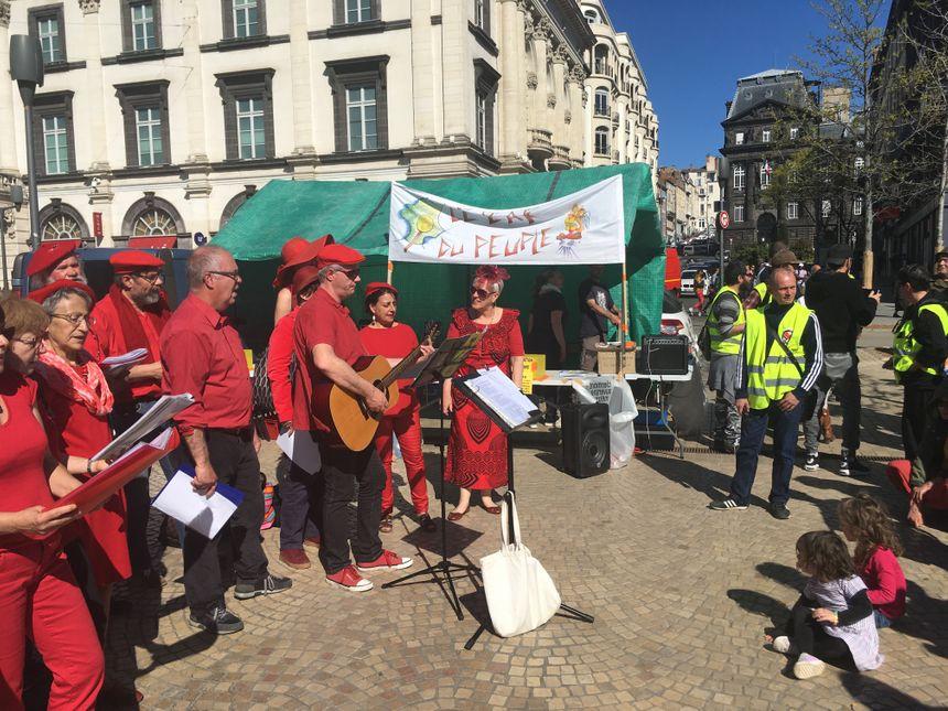 Le bar du Peuple avait été installé proche du stand du DAL. Des Gilets Jaunes donnaient un coup de main pour tracter. - Radio France