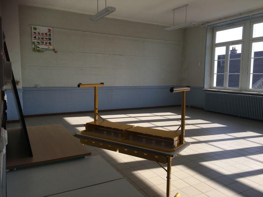 Quelques tables trainent encore dans l'école de la Chapelle-lès-Luxeuil.