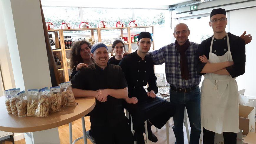 Une partie de l'équipe du restaurant.