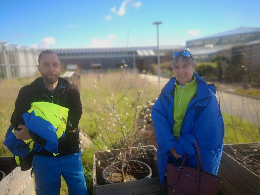 Jean-Baptiste et Éliane, agents collecteurs, observent les évolutions des végétaux.