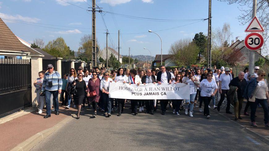 Le frère de Jean, ses proches et les élus de la commune étaient tous derrière une pancarte en hommage de l'enseignant.