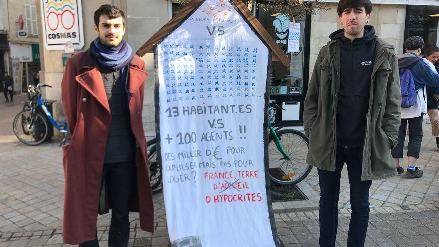 """Plusieurs dizaines de membres du collectif """"La Maison"""" se sont mobilisés ce jeudi 28 mars devant le Palais de justice de Poitiers"""