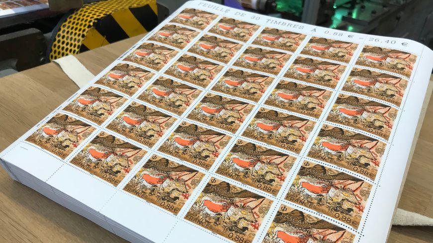 Les premières planches de timbres de Lascaux viennent d'apparaître au bout de la chaîne d'impression.