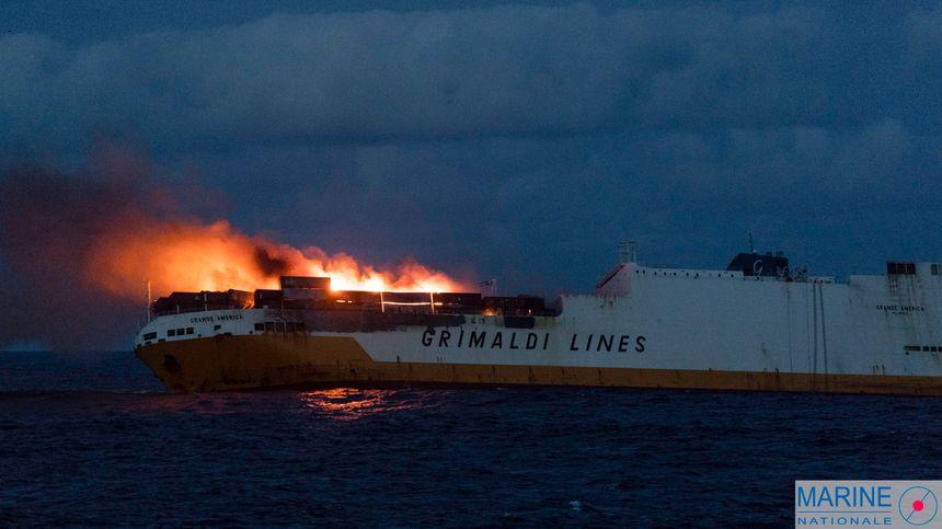 La Gran América se hundió después de 40 horas de fuego. - ninguna